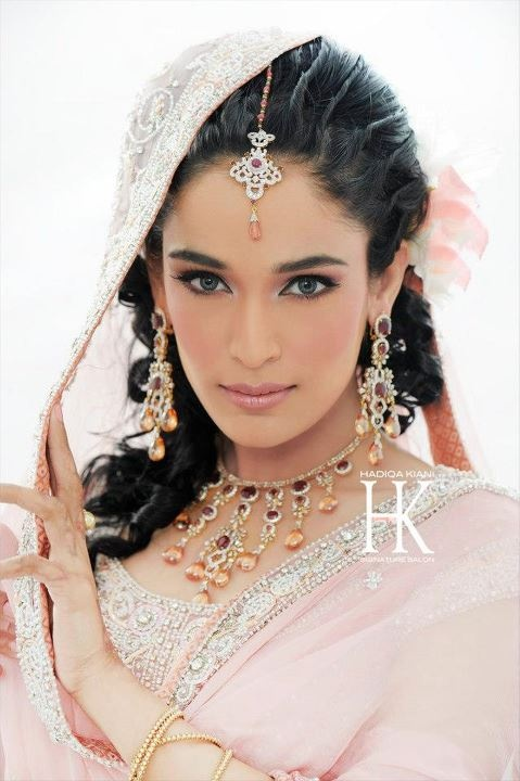 A A I N A - Bridal Beauty and Style: The Bride's Lookbook: Bridal Makeup from Hadiqa Kiani Signature Salon