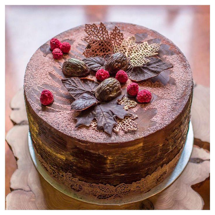 """Из неопубликованного. Осенний """"Черный лес"""". Шоколадный бисквит, воздушный шоколадный мусс, яркий малиновый конфитюр, ганаш на горьком шоколаде и конечно же волшебная вишня. Black Forest #gateau."""