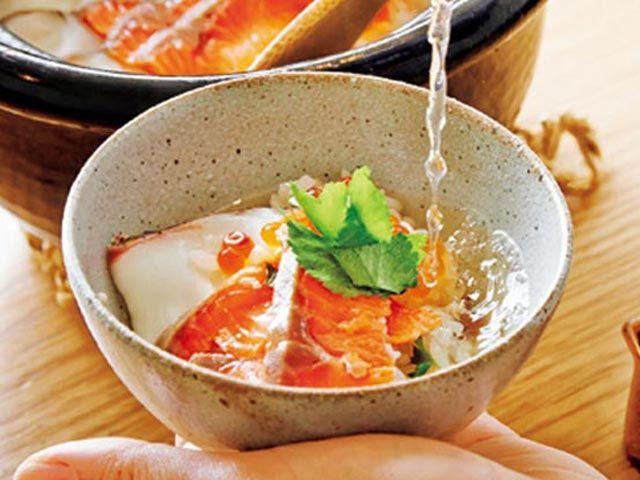 《 渋谷 》和食を身近に感じる心地よさ『ITEMAE』  神山町/和食  愛らしいイラストが描かれた暖簾をくぐると、カフェのような空間が広がる。気軽に入りやすい設えは、「若い世代に、もっと和食を楽しんでほしい」というオーナーの想いをかたちにしたもの。   そんなカジュアルさの一方、料理は本格派。季節の土鍋ごはんや「和牛もも生雲丹をのせて」(¥1,580)は外せない逸品だ。  土鍋ごはんの〆は、こんな風に出汁をかけ、そのままズズッと・・・、これぞ口福だ!