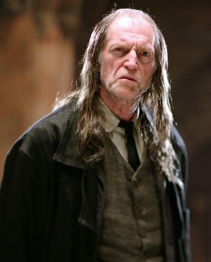 Argus Rusard ( Angl. Argus Filch ) est le concierge de Poudlard. C'est un cracmol. Ses connaissances des secrets et des passages du château sont excellentes, et seuls les jumeaux Weasley peuvent se vanter de s'y connaître mieux. Il tend à favoriser les punitions les plus douloureuses possibles, et exprime régulièrement son regret quant à la disparition des anciennes punitions, comme l'enchaînement des élèves dans les cachots. Cette nostalgie explique son alliance avec Dolores Ombrage…