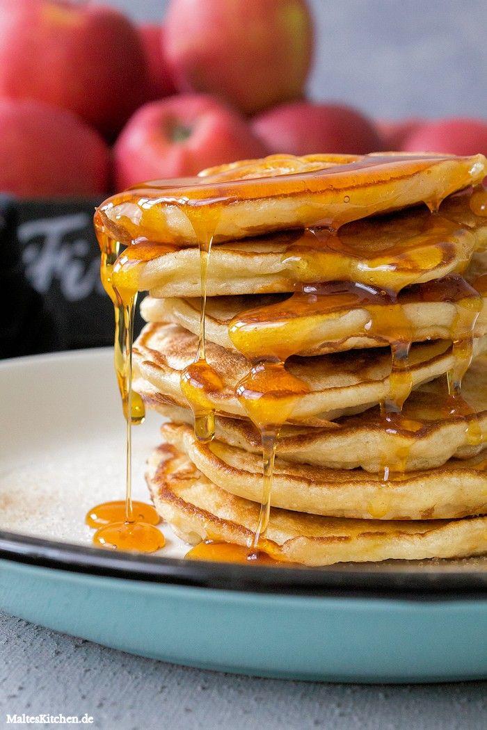 Leckere Apfelpfannekuchen mit Ahornsirup zum Frühstück. #pfannkuchen #pancakes #frühstück | malteskitchen.de