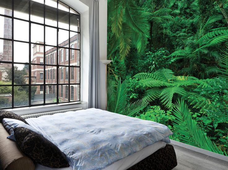 Ταπετσαρία του οίκου LondonArt, εμπνευσμένη από τη φύση και βασικό χρώμα το πράσινο. Στη φωτογραφία προτείνεται για minimal υπνοδωμάτιο, σε συνδυασμό με άσπρο και μαύρο. Θα τη βρείτε στο Moketino Living (Κηφισίας 228, Κηφισιά).