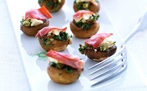 Fyldte champignoner Bagte champignoner får en dejlig smag af umami og er en lækker snack at servere for dine gæster.