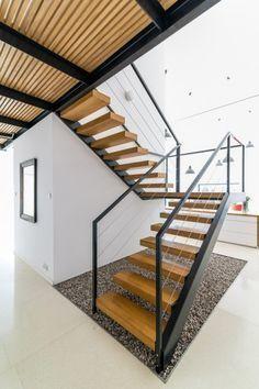 Diseño de escaleras modernas con peldaños de madera #fachadasdecasasconpiedra