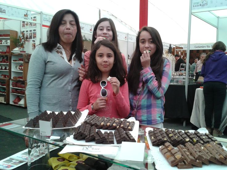 Disfrutando de los exquisitos bombones y macaron en Expo Sensaciones Lago Ranco