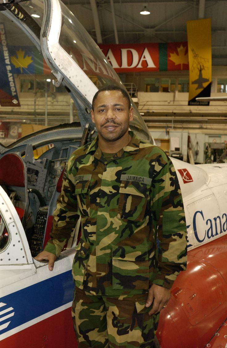 Le sergent Hugh Clarke, technicien aéronautique de la Force de défense de la Jamaïque et stagiaire à l'École de technologie et du génie aérospatial des Forces canadiennes en 2006, à la 16e Escadre Borden, pose sous la voilure de l'aéronef CT-114 Tutor. PHOTO : Sergent Bill McLeod
