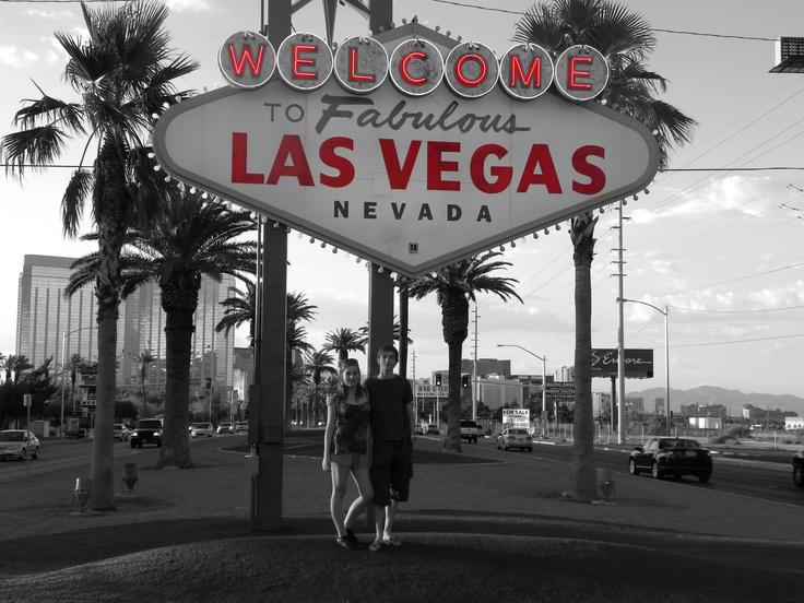 Ik heb een voorliefde voor Amerika. Ik ben er al een keer geweest om de westkust af te reizen en wil niets liever om terug te keren of andere delen te bezoeken zoals de oostkust. Dit is een foto van mijn broer en mij in Las Vegas, Nevada, waar het kwik op die moment schommelde rond de 50°C.
