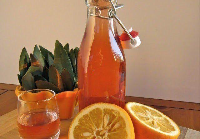 Очень вкусный фруктовый ликер - ароматный, крепкий, сладкий. Даже при большом выборе вин на праздничном столе наибольшим успехом пользуется именно этот напиток. Ингредиенты: Апельсин - 3 шт. Лимон - 1/2 шт. Белое вино (самое дешевое) - 2 л Водка (без ароматизаторов) -