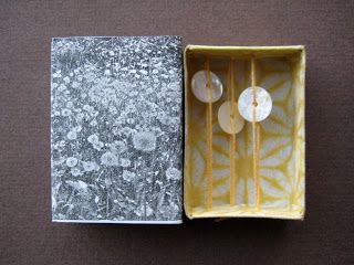 Paperiaarre: 5 - dandelions and sequins