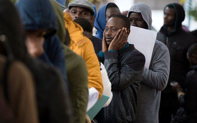 Wer die Patenschaft für einen Asylbewerber übernimmt, muss auch nach dessen Anerkennung für den Lebensunterhalt aufkommen. Seit dem 6. August 2016 gibt es im Integrationsgesetz eine Stichtagsregelung - wer vor diesem Datum die Patenschaft einging, bürgt für drei Jahre, seither gelten fünf Jahre.