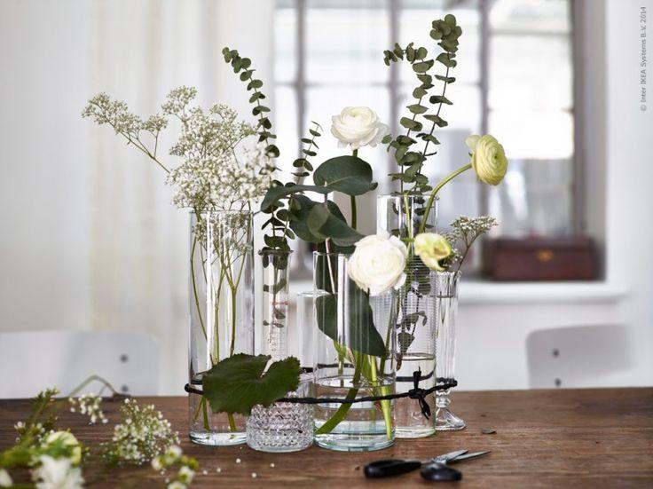Ett sätt att göra blomsterarrangemanget lite enklare och roligare är att använda flera sorters glas, blommor och kvistar. Här blandar vi sådant vi redan har hemma – vaser, karaffer och dricksglas. CYLINDER vas set om 3, FRASERA whiskyglas, STOCKHOLM karaff.