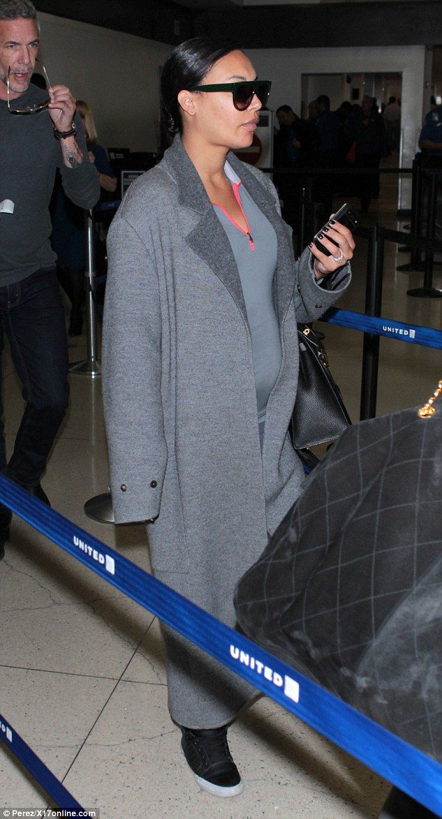 Pregnant Naya Rivera ditches the glamour for sportswear on flight #dailymail