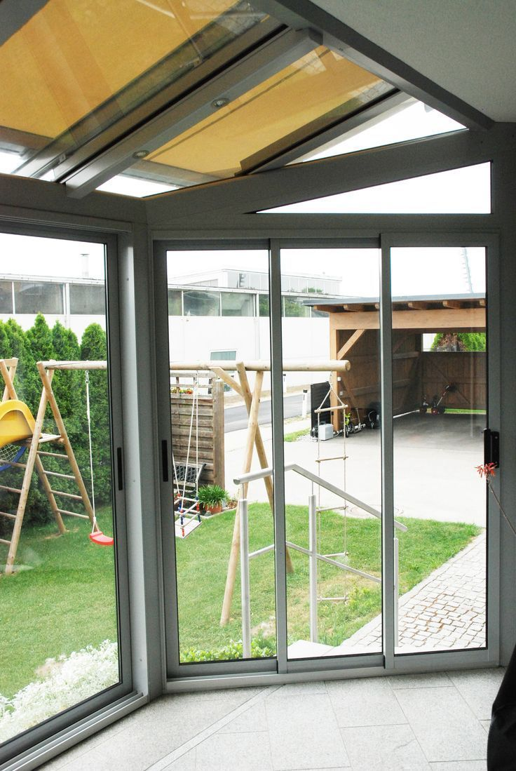 Wintergarten Mit Markise Und Beleuchtung Unterhalb Eines Balkons Montiert Wintergarten Sommergarten Glasschiebetur