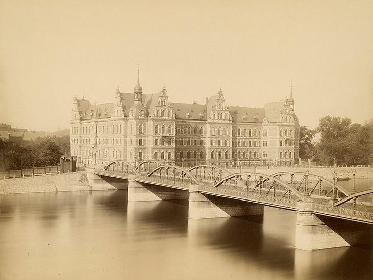 Lessingbrücke Regierungsgebäude Breslau 1886.Obecnie w jego miejscu znajduje się most Pokoju