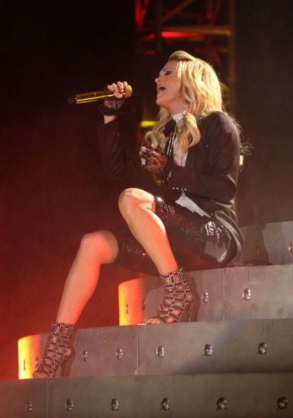 """carrie underwood play on tour   Carrie Underwood sparkles with Swarovski in """"Play on Tour"""""""