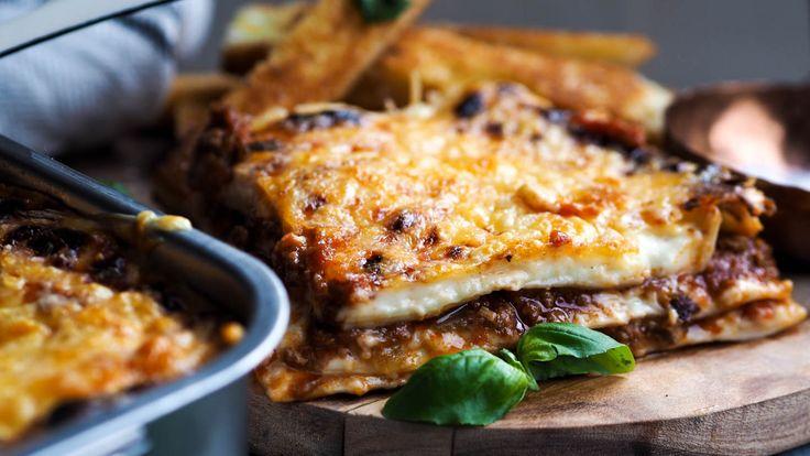 Lasagna er jo bare så godt! Jeg å servere en enkel grønn salat ved siden av. Kanskje noen hvitløksbaguetter til også. Hvis du lager en god bolognese og har rester igjen så er det perfekt å bruke opp restene på en lasagna. Da tar det ikke lange tiden å smelle den sammen, og vips så …