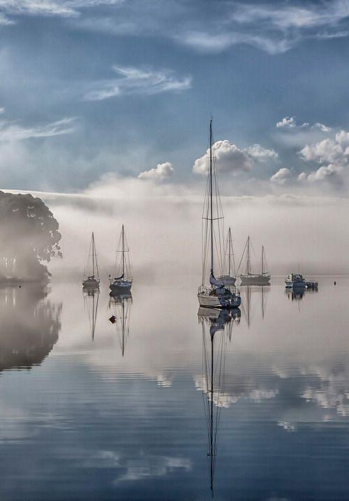 Segelboote im Nebel, Morgennebel, neblig, geheimnisvoll, Wasser, Reflexionen, Wolken, friedliche, schöne Landschaft, Schönheit von Mutter Natur – # SCHÖN …