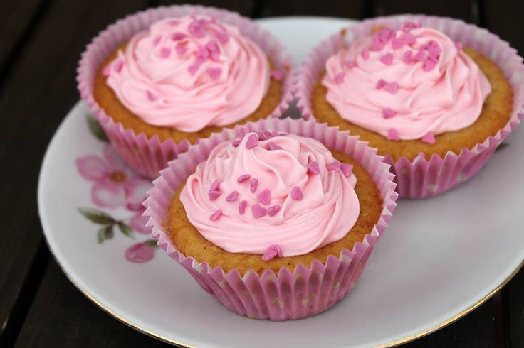 ROSA CUPCAKES MED JORDGUBBAR Cupcakes - de där små, söta bakverken som alla älskar! Jordgubbsmuffins med rosa frosting, toppade med minihjärtan. Frostingen är krämig och söt samt enkel att göra…