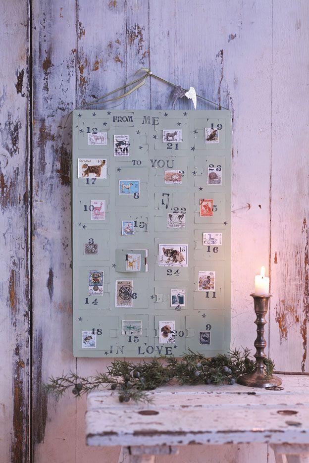 Adventskalender in Mattgrün angemalt und mit Briefmarken beklebt