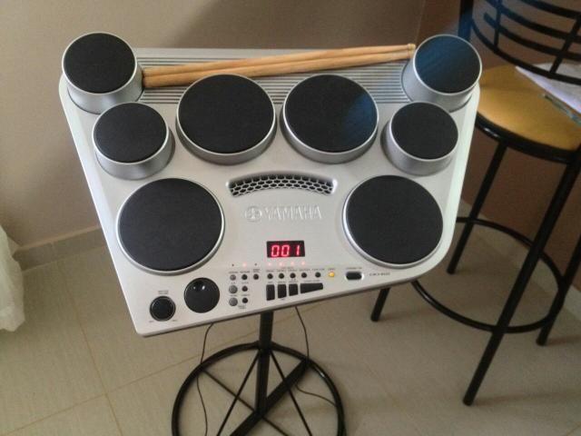 Vendo bateria eletrônica portátil da yamaha dd65, ideal para vc fazer aquele som em casa, na igreja, estudos, barzinho, enfim prática e leve para levar pra qualquer lugar. Vai com fonte bivolt e suporte. Especificações -8 pads com dinâmica  -Entrada de áudio auxiliar.  -Controle de TEMPO com TAP TEMPO  -Modo de percussão com as mãos  -254 Timbres  -2 Entradas para pedais externos  -100 músicas internas para prática  -50 kits pré programados  -Polifonia de 32 notas  -Reverb e Equalizador…