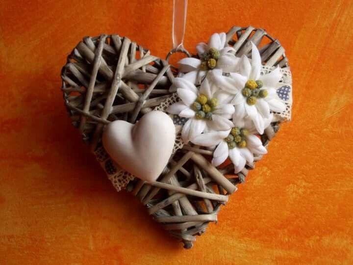 Cuore in vimini profuma ambiente con fiori in tessuto e cuoricino in gesso