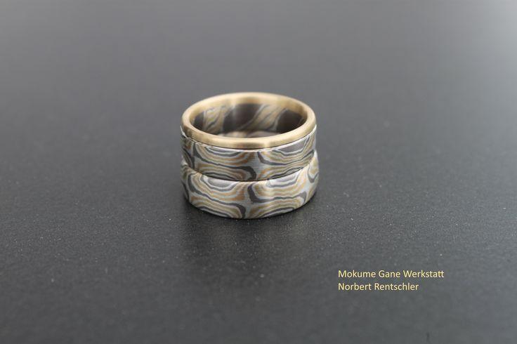 Mokume Gane Trauringe mit Verlobungsring (Gelbgold/Silber/Palladium)   Schöne Idee unserer Kunden, den Verlobungsring als Rand im Damenring zu integrieren.