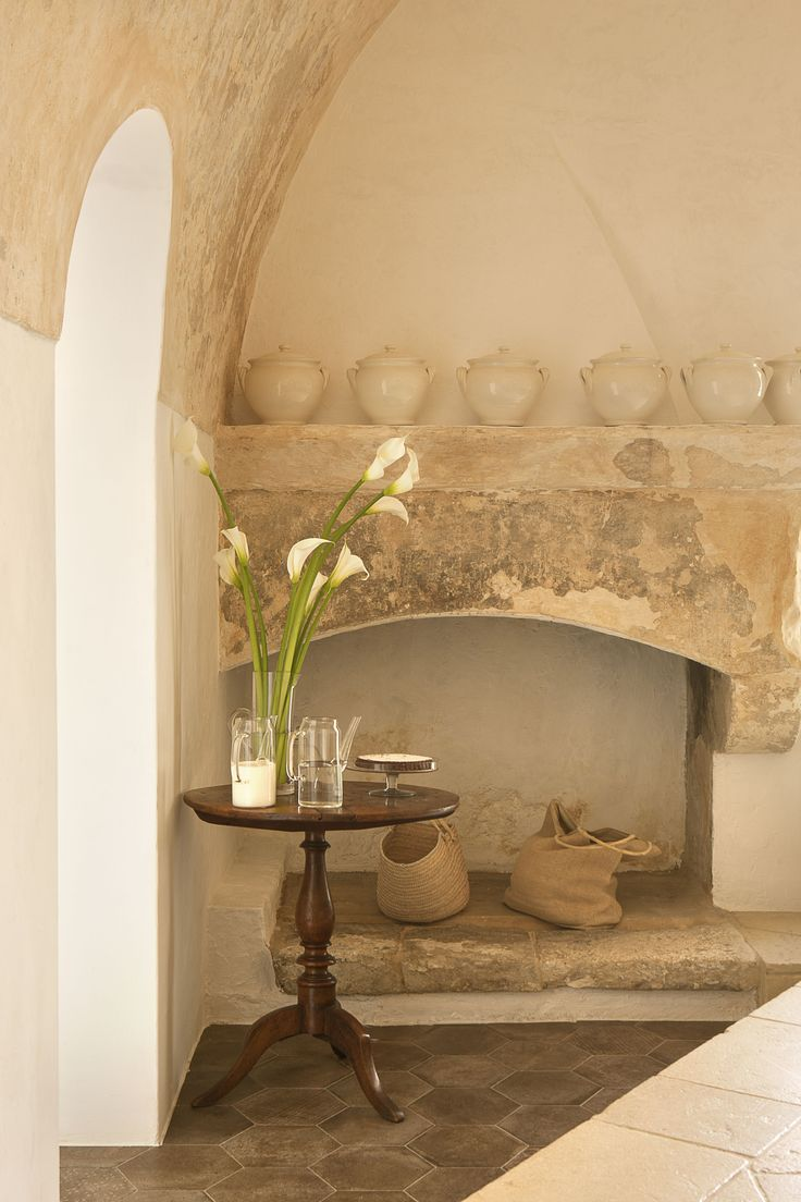 White flowers and an ancient chimney at Masseria Critabianca. www.critabianca.com #critabianca #salento #masseria #smallhotels #white #details