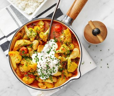 Kycklinggryta med tomat och blomkål är ett trevligt vardagsrecept som kan avnjutas vilken dag som helst i veckan. Grytan är smaksatt med lök, curry och ingefära och serveras med nykokt ris, svalkande matyoghurt samt lite finhackad gräslök, som strös över.