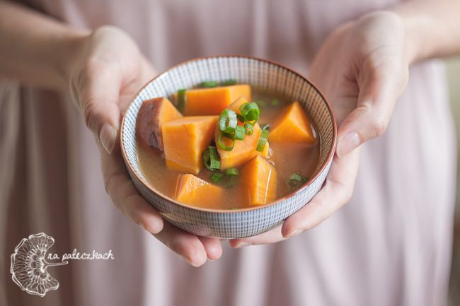 Lubicie miso? Mamy nadzieję że tak! Mało kaloryczna, pełna witamin i minerałów - pasta miso   jest jednym z produktów używanych w kuchni japońskiej niemal codziennie. Zupa miso (味噌汁) obecna jest przy większości tradycyjnych posiłków japońskich i polecamy jej spróbowanie. Przepis na www.napaleczkach.pl | kuchnia japońska