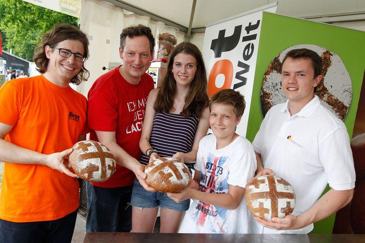 5.000 Brote   Konfis backen Brot für die Welt