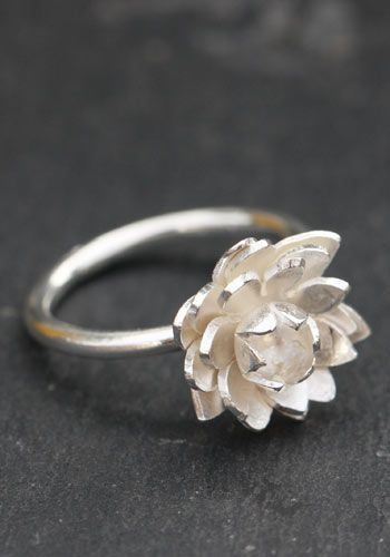 Lovely flower ring in sterling silver carved lotus flower fixed on the silver ring. Creative Crafts frannçaise: Aline Kokinopoulos