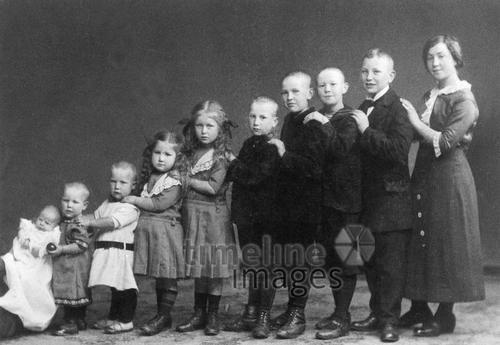 Kinder, ca. 1900 Timeline Classics/Timeline Images #1900er #historisch #historical #familie #family #Reihe #Gruppenfoto #Kinder #Mädchen #Jungen #groß #klein #kleiner #größer
