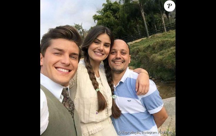 Klebber Toledo e Camila Queiroz posam com integrante da equipe de 'Eta Mundo Bom'