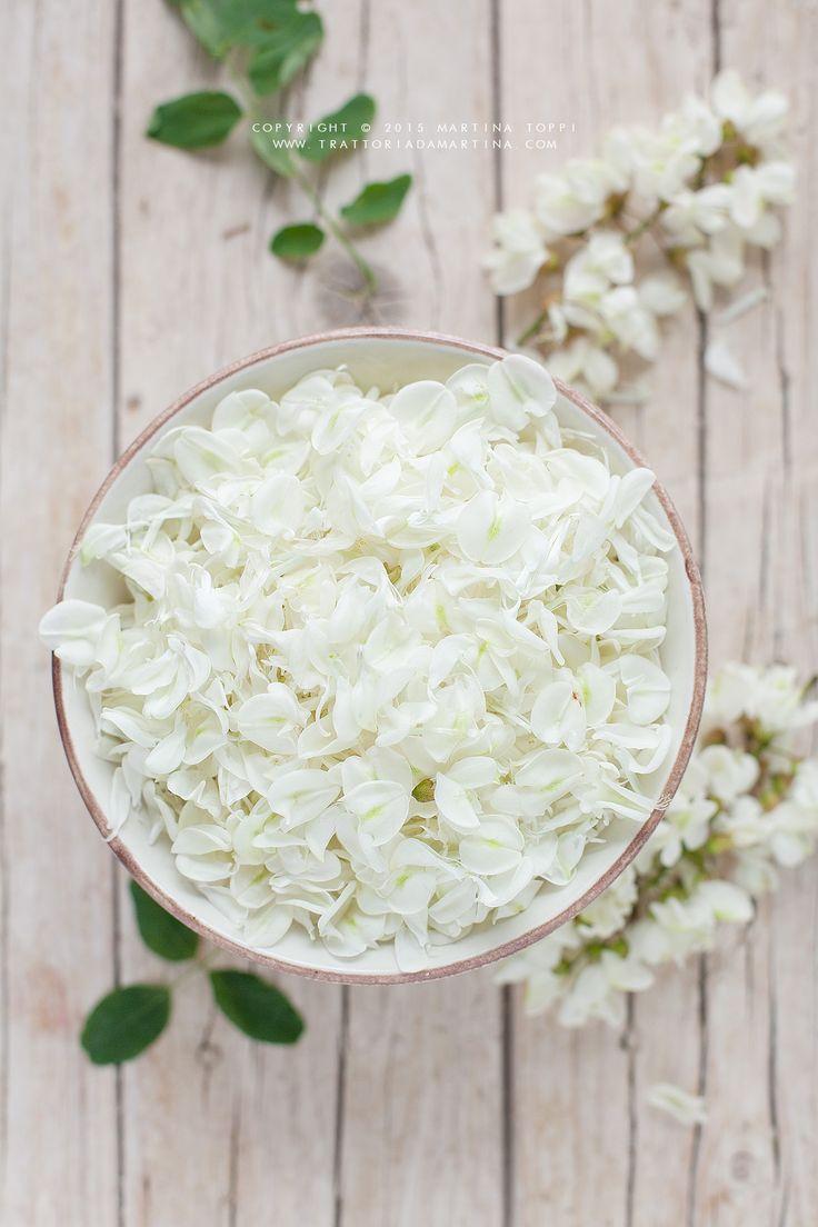 lo sciroppo di fiori di acacia è semplice da realizzare, ha un sapore che ricorda il miele di acacia e un gusto dolce e rinfrescante.