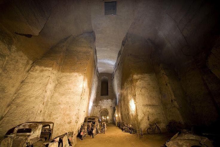 Sto pięćdziesiąt metrów od Piazza del Plebiscito w centrum Neapolu znajduje się sekretny tunel Burbonów, który przez lata ukrywał się w zapomnieniu. W 1943 roku, kiedy do miasta zbliżały się wojska al...