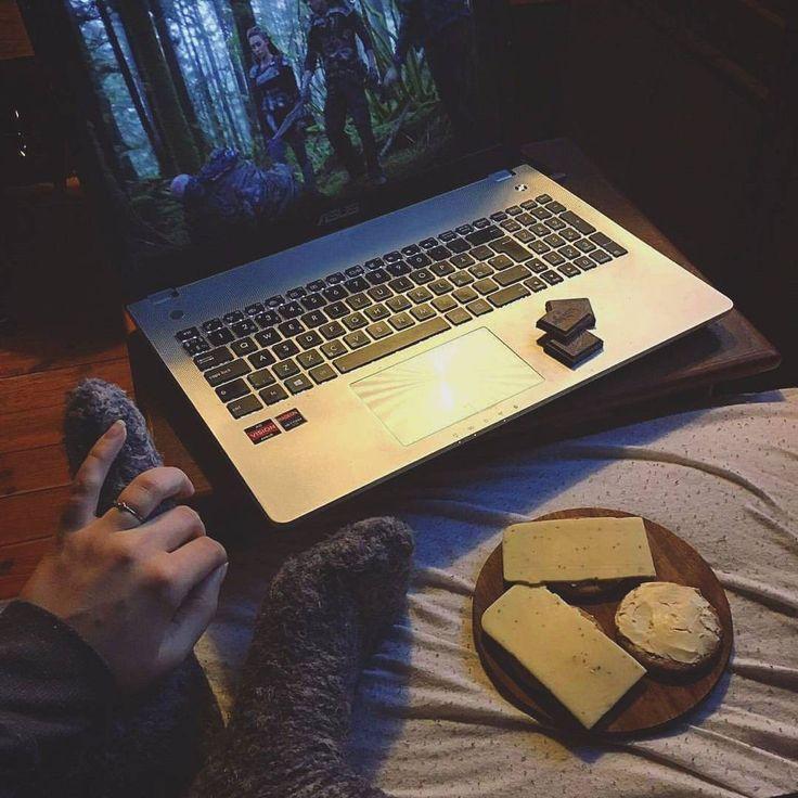 """https://www.instagram.com/p/BP0GKedBvc7/ ☆NETFLIX & SYGDOM☆ ..Jeg drikker hyldeblomst saft, spiser lækker mørk Rapunzel chokolade med praline-fyld og glutenfri digestive kiks med smør og Violife urte-ost på, i mens jeg ser """"The 100"""" på Netflix, og alt i mens min kæreste står i køkkenet og laver god mad til mig - Hvis jeg absolut SKAL være syg, så er det da på denne måde!"""