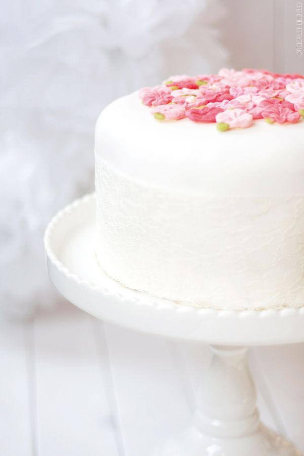 Ein Artikel über meinen ersten Versuch, eine Fondant-Torte zu backen. Tipps und Tricks, die mir geholfen haben. (Sweet Recipes Simple)