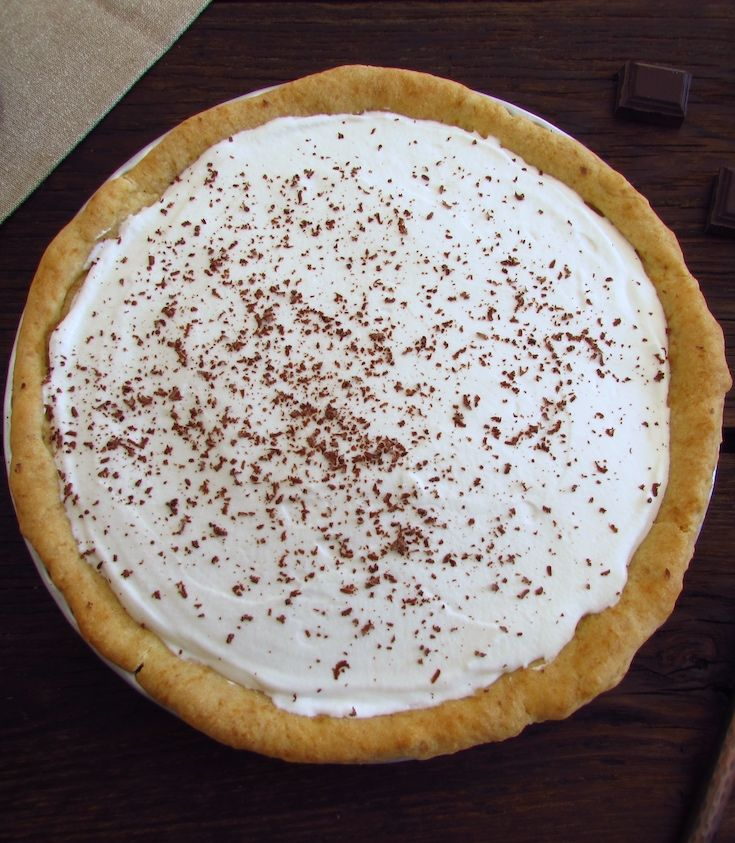 Chocolate and chantilly pie | Food From Portugal. Are you having a special dinner with friends or family and want to prepare a delicious dessert? This chocolate and chantilly pie will surprise your visits! Serve the pie garnished with grated chocolate, bon appetit!!!