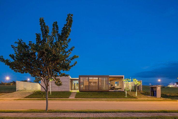 Casa Contemporânea em Brasília por ArqBr 002 ©Joana Franca Fachada Concreto + Madeira + Vidro