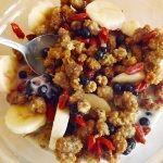 V tomto raw raňajkovom jedle nenájdete žiadnu múku, obiloviny, živočíšne bielkoviny, a napriek tomu toto jedlo určite zasýti a dodá energiu.  Čo potrebujete: 1 šálka rastlinného mlieka (mandľové, kešu, makové...) 1 banán hrsť namočených goji hrsť čuč