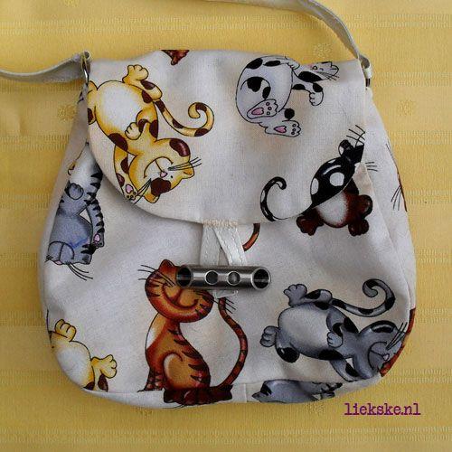 Tasje Funny Felines Lief klein snoezePOEZE tasje van 14 x 15 x 2, 5 cm, met een satijnen handvat van bijna 30 cm. en zilveren D-ringetjes. Gemaakt van luxe katten-quiltstof met mooie