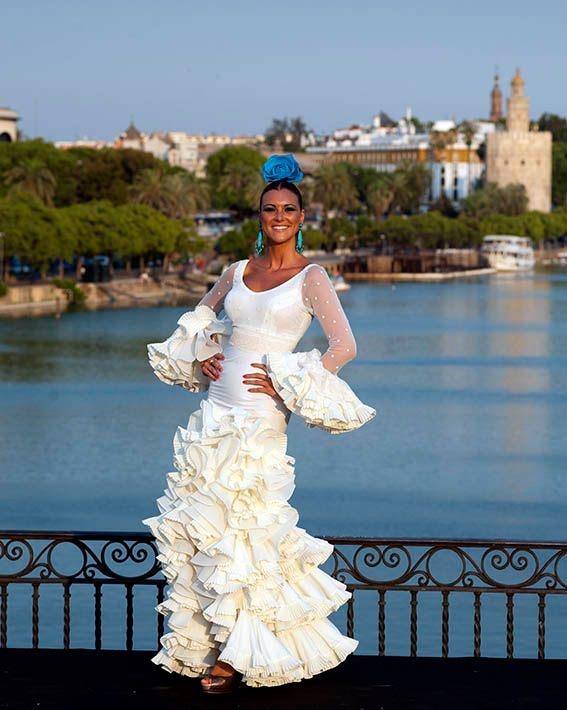 Miss España María José , con la Torre del Oro al fondo, Sevilla