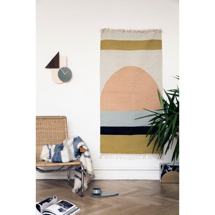 Kelim teppefra Ferm Living. En koselig matte med fint mønster i varme nyanser av gul, ora...