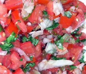 Tomatensalsa  Maak een heerlijke salsa van je restjes tomaten en verse kruiden. Dien op als hapje bij nacho's, als een sausje bij Mexicaanse taco's of bij quesadilla's.