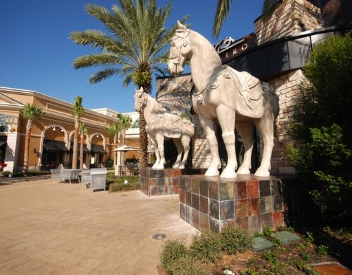 PF CHANGS, located in PALM BEACH GARDENS, features delicious Chinese fare in a family-friendly environment. It is attached to THE GARDENS MALL, making it a very convenient location. Check out those awesome horse statues. Plus, there's a lovely fountain to really set the charming tone. #pfchangs #palmbeachgardens #thegardensmall #palmbeachgardensfl