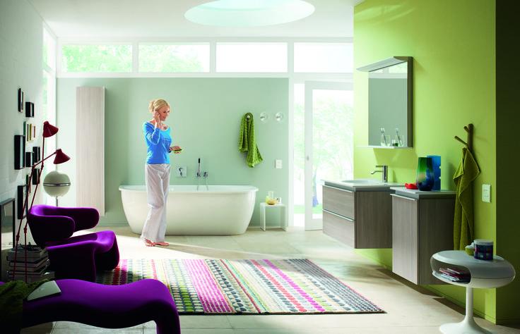 Selon Duravit, la tendance homing concerne aussi la salle de bains, où nous nous occupons de nous mais aussi des autres. Avec Darling New, le fabricant conçoit la salle de bains comme un séjour confortable.