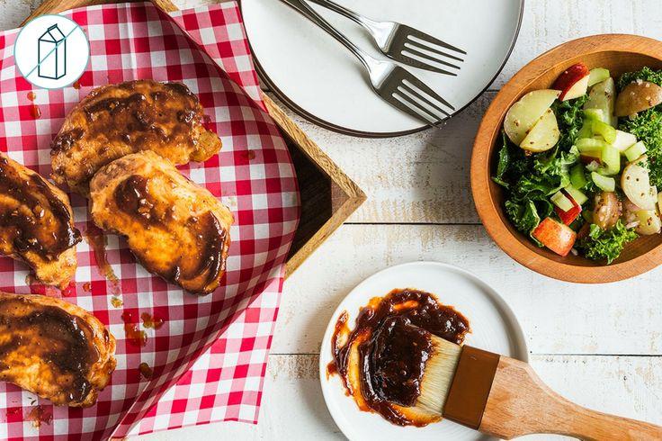Rien ne représente autant l'été que l'odeur du barbecue et un grand bol rempli de salade de pommes de terre fraîchement préparée. Ce repas nous présente les deux favoris de la famille pour les beaux jours, en commençant par des côtelettes de porc assaisonnées avec notre succulente sauce barbecue et grillées à la perfection. Nous finissons avec une salade de pommes de terre copieuse et légère, généreusement garnie de kale, de pomme et de céleri. Frais, savoureux et généreux, ce plat es...