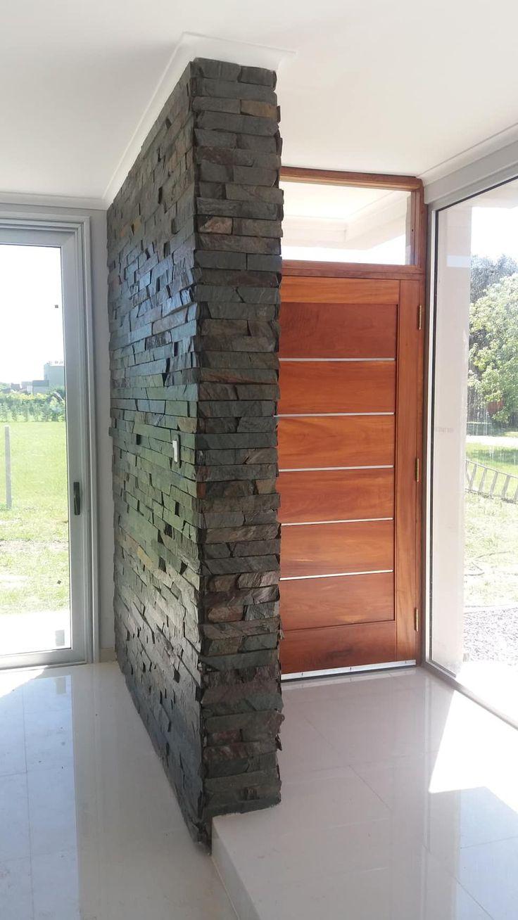 Plano materializado en piedra- interior: Livings de estilo minimalista por VHA Arquitectura