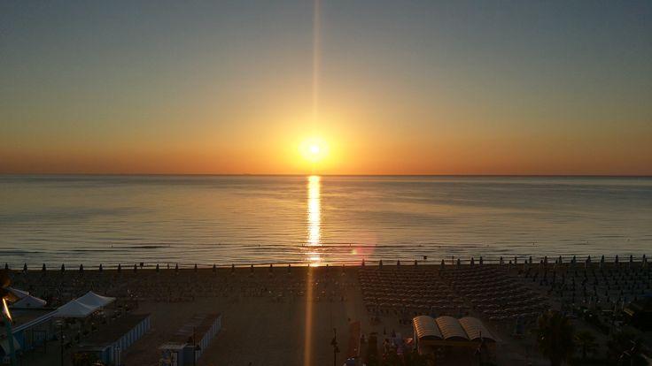 Vasto Marina Chieti Abruzzo #sunrise #vastomarina #chieti #abruzzo #sea #mare #spiaggia #beach #boat #ombrelloni #sun #sky #amazing #wonderful #beatiful #goodday #morning #immobiliarecaserio #exclusiveproperty