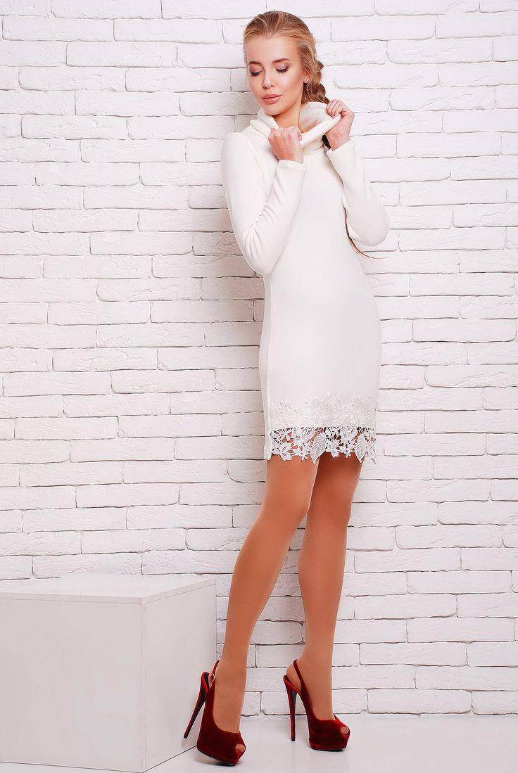 """Платье с черным кружевом цвет белый  ПАТИ - Элегантное однотонное платье из мягкой ангоры полуприлегающего силуэта с красивым кружевным декором по низу переда. Платье в длине мини. Воротник - """"хомут"""". Платье подходит и для повседневного гардероба, и как более вечерний вариант. В белом цвете это платье смотрится очень изысканно и нарядно."""